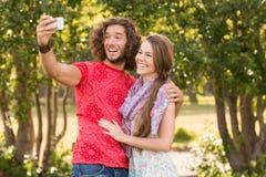 Amis prenant un selfie en parc Photos libres de droits