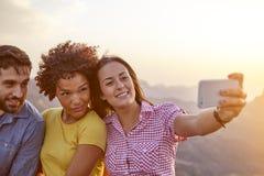 Amis prenant un selfie sur une montagne Photographie stock libre de droits
