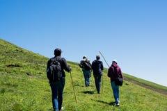Amis prenant une excursion Images libres de droits
