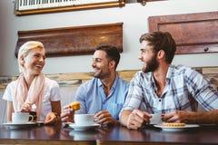 Amis prenant une tasse de café Photo libre de droits