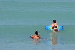 Amis proches nageant Photographie stock libre de droits