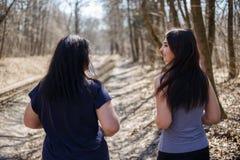 Amis pulsant à la séance d'entraînement extérieure en parc Amitié, grou Photographie stock