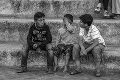 Amis qui ont soulagé l'enfant pleurant Photos libres de droits