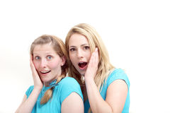 Amis réagissant dans l'étonnement Photographie stock