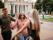 Amis réconciliant étreignant l'amitié de la jeunesse Photo libre de droits