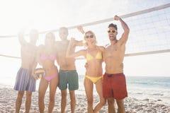 Amis réussis après avoir joué le volleyball Photographie stock libre de droits