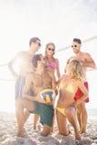 Amis réussis après avoir joué le volleyball Image libre de droits