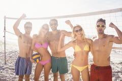 Amis réussis après avoir joué le volleyball Image stock