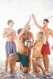 Amis réussis après avoir joué le volleyball Photos libres de droits