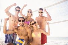 Amis réussis après avoir joué le volleyball Photo libre de droits