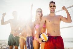 Amis réussis dans la ligne après avoir joué le volleyball Photos libres de droits