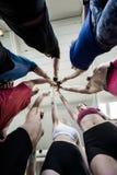 Amis réussis donnant la haute cinq entre eux dans le gymnase Images libres de droits