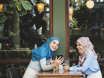 Amis rattrapant après des âges à un café Images libres de droits