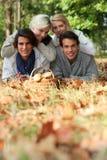 Amis recueillant des champignons Image stock