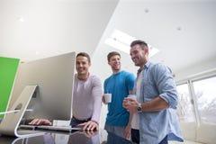 Amis recueillis autour de l'ordinateur Image libre de droits