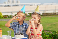 Amis recueillis ensemble à la fête d'anniversaire Image libre de droits