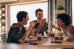Amis refroidissant à un restaurant Images stock