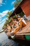 Amis refroidissant près du lac Image stock
