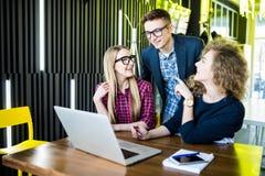 Amis regardant l'ordinateur portatif ensemble Discutez ou en observant intéressant sur l'ordinateur portable, l'amusement et les  Image stock