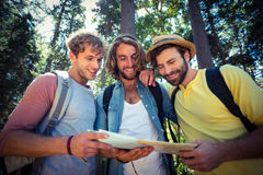 Amis regardant la carte dans la forêt Photo stock