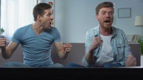 Amis regardant la rencontre, félicitations sur la victoire d'équipe en compétition sportive banque de vidéos