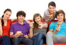 Amis regardant la TV Photographie stock libre de droits