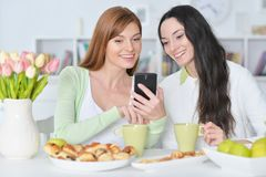 Amis regardant le smartphone Image libre de droits