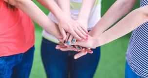 Amis remontant leurs mains Image libre de droits