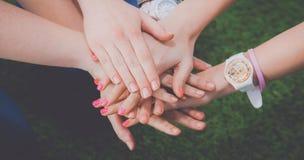 Amis remontant leurs mains Photos libres de droits