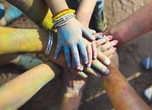 Amis remontant leurs mains dans un signe de l'unité et de l'équipe Photos stock