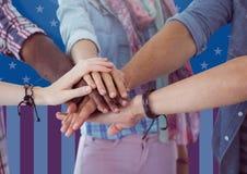 Amis remontant leurs mains pour le Jour de la Déclaration d'Indépendance Photographie stock libre de droits