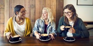 Amis rencontrant le concept de café de bonheur Photo stock