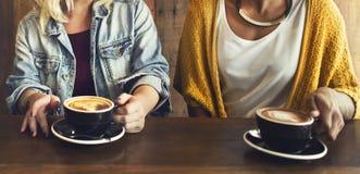 Amis rencontrant le concept de café de bonheur Photos stock