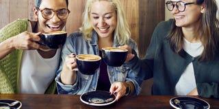 Amis rencontrant le concept de café de bonheur Images stock
