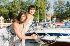 Amis restant les bateaux proches Photos libres de droits
