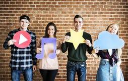Amis retardant le media et les icônes sociaux de concept de technologie Images stock