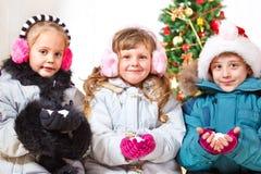 Amis retenant la neige dans des mains Photographie stock libre de droits