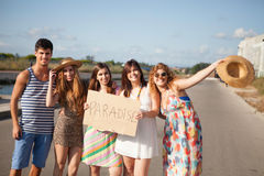 Amis retenant une carte Photo libre de droits