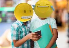 Amis riant avec un message Emoji font face Photo libre de droits