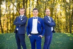Amis riant du mariage d'un ami Photo stock