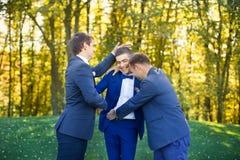 Amis riant du mariage d'un ami Image libre de droits
