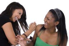 Amis riant ensemble. Photo libre de droits