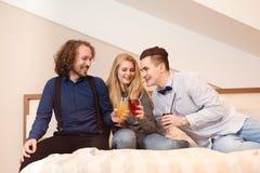Amis riant - jeunes amis Photo libre de droits