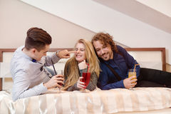Amis riant - jeunes amis intimes Photo libre de droits