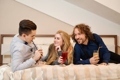 Amis riant - jeunes amis intimes Images libres de droits