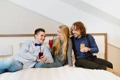Amis riant - jeunes amis intimes Photo stock