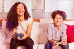 Amis riants appréciant des jeux vidéo ensemble Photos stock