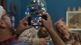 Amis riants ayant rôti la dinde au dîner de Noël clips vidéos