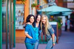 Amis riants heureux sur la rue de soirée Photo libre de droits