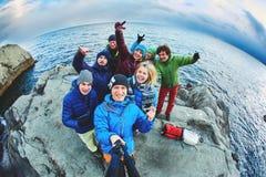 Amis riants près de la mer en hiver Photos stock